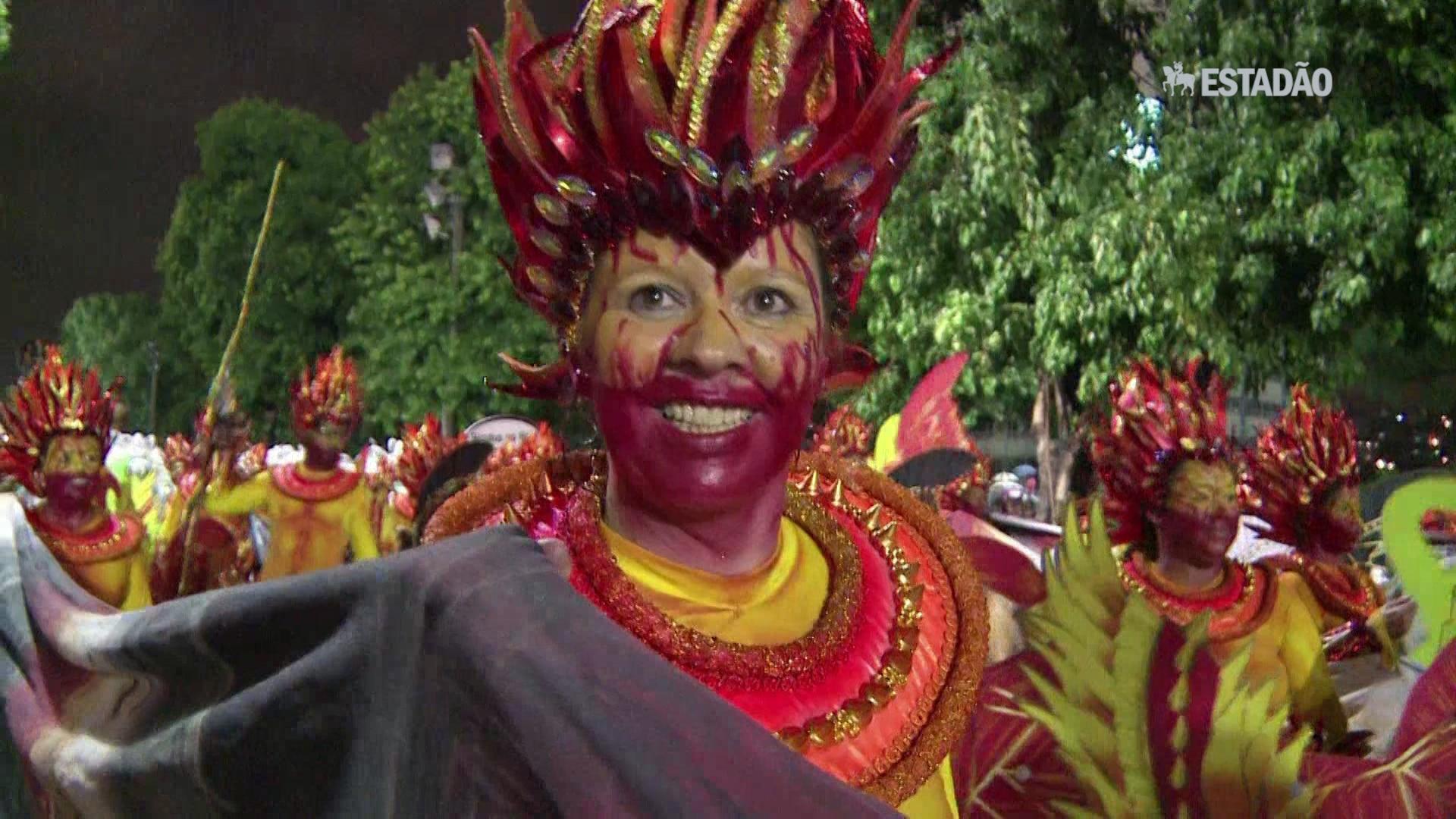 Escolas de samba desfilam sob chuva na Sapucaí