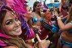 Passistas em fantasias se divertem no interfalo do desfile