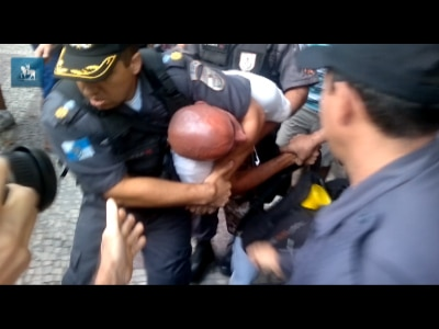 Manifestante é detido durante protesto no Centro do Rio