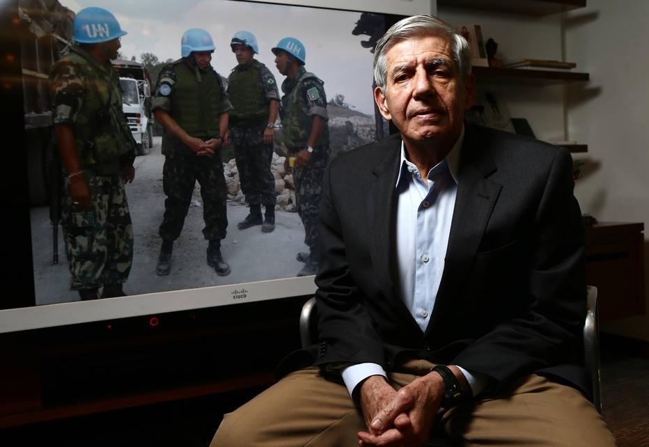 Ex-comandante de tropas no Haiti sai em defesa de general Mourão