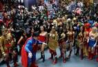 Filipinos fãs dos heróis da editora americana DC Comicsse reúnem no maior shopping do país para tentar estabelecer o recorde mundial de maior número de pessoas vestidas com suas fantasias favoritas, na cidade de Quezon, a nordeste da capital Manila
