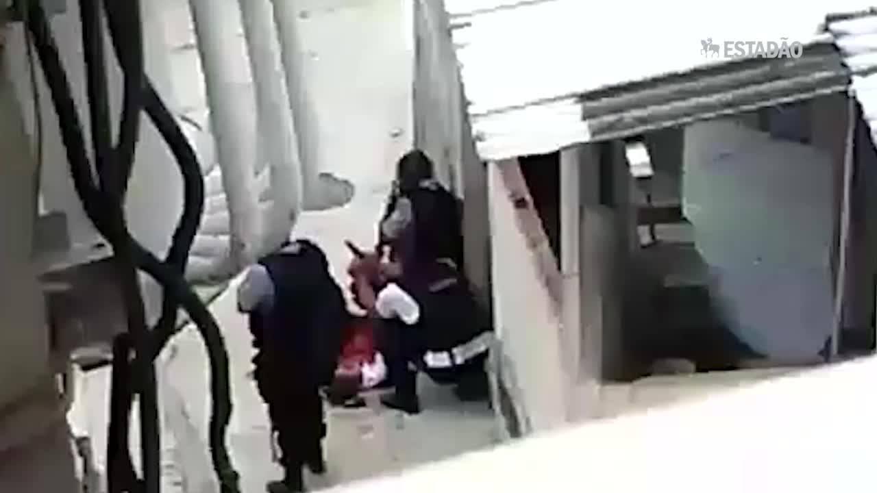 PMs colocando arma na mão de vítima de 17 anos