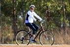 A presidenteDilma Rousseff pedala de bicileta nos arredores do Palácio da Alvorada, em Brasilia, na tarde de sexta-feira, 28.