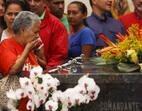 Simpatizante do presidente Hugo Chávez visita seu túmulo em Caracas