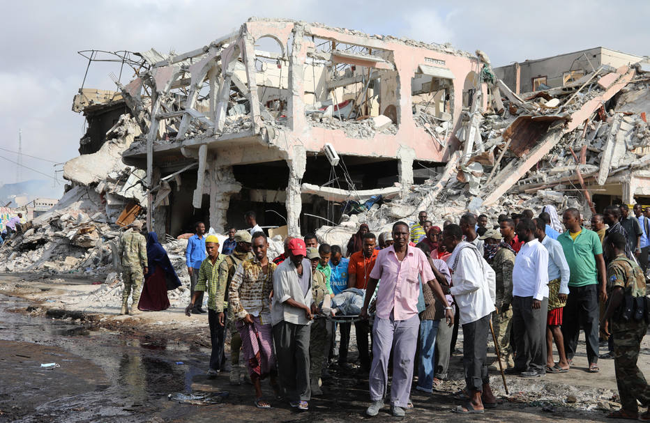 Atentado com caminhões-bomba mata 215 na Somália