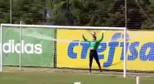 Goleiro toma frango em treino do Palmeiras