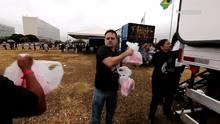 Sindicalistas protestam distribuindo frangos na Esplanada dos Ministérios