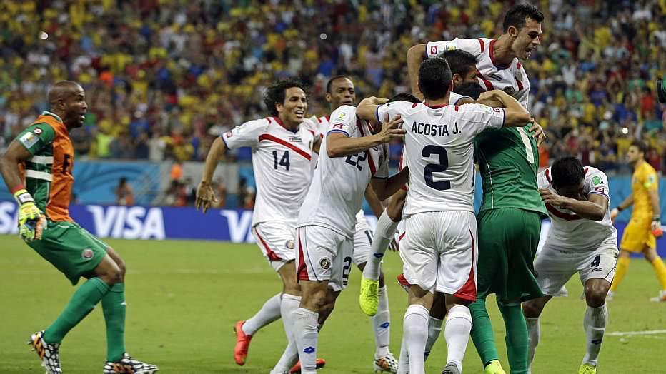 Com um a menos desde o início do segundo tempo, a Costa Rica segurou a Grécia até a prorrogação e venceu nos pênaltis, se classificando para as quartas de final.
