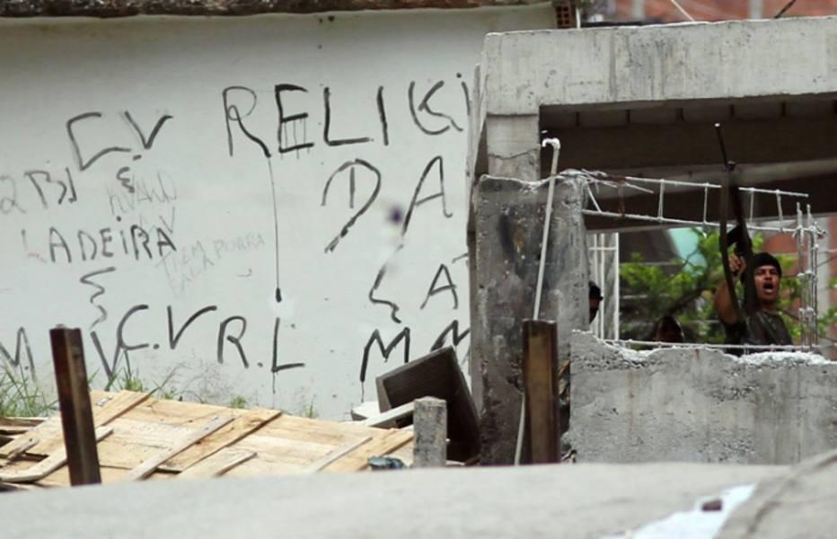 Criminosos mostram o armamento pesado que tem em mãos na Favela da Grota