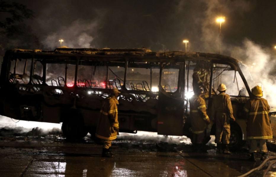 Dois homens pararam ônibus e ordenaram que todos os passageiros descessem, na Penha