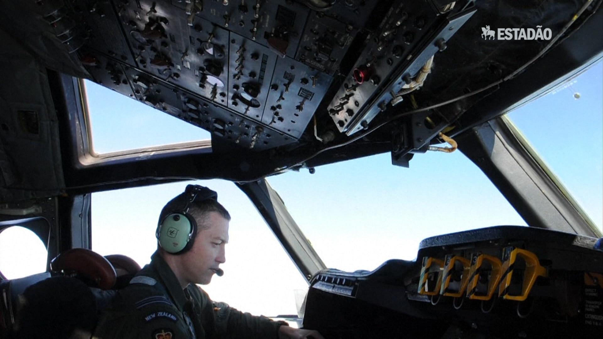 Buscas do voo da Malaysia Airlines suspensas