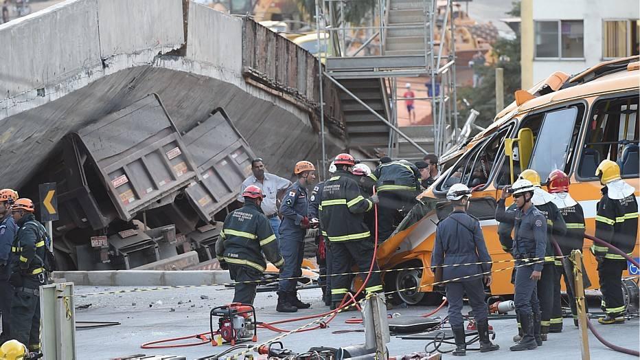 Viaduto que estava em construção na Avenida Pedro I, na região da Pampulha, em Belo Horizonte, desabou
