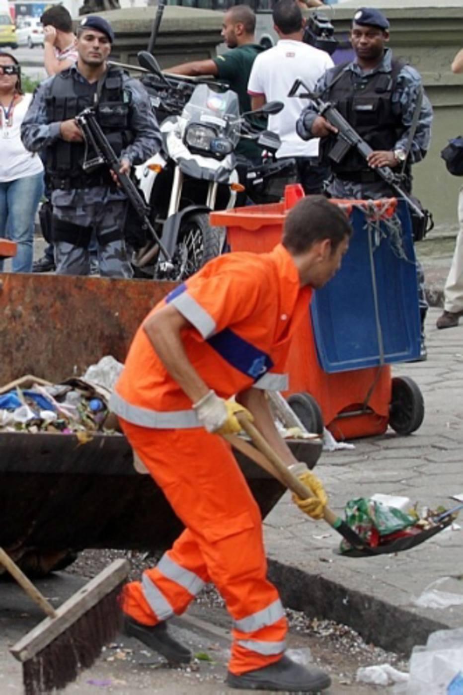 Nesta quinta-feira, 6, garis que não aderiram à greve deflagrada no último sábado, 1º, tiveram escolta armada no Rio de Janeiro para fazer a limpeza das ruas. Por volta das 10h, uma viatura do Batalhão de Choque, com quatro PMs fortemente armados, fazia a segurança de 20 garis que retiravam as montanhas de lixo acumuladas na Avenida Presidente Vargas, nas proximidades do Sambódromo, no centro.