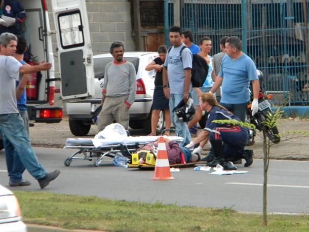 Socorristas do SAMU atendem vítima de atropelamento na avenida Ipanema, em Sorocaba.10/02/2011