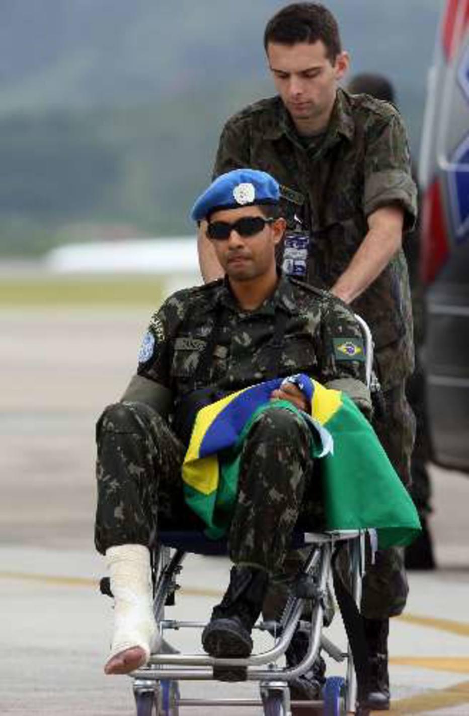 Militar ferido que estava no Haiti chega à Base Aérea de Guarulhos, SP