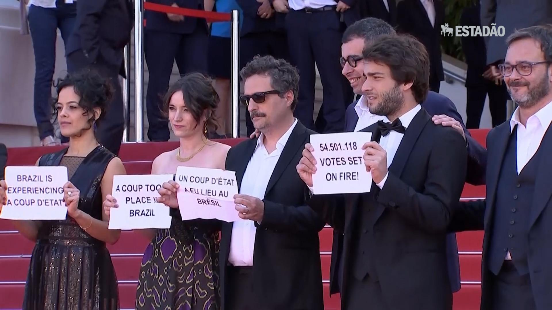 Em Cannes, equipe de 'Aquarius' protesta contra impeachment de Dilma