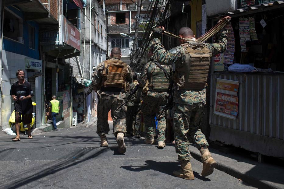 Em dia de pânico na Rocinha, tiroteios deixam feridos