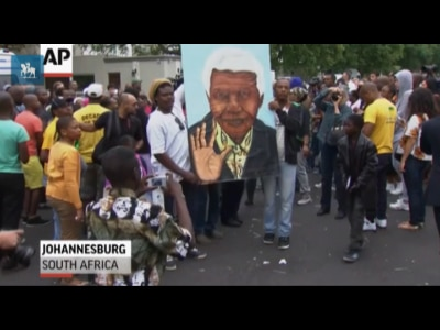 Com canções e danças, sul-africanos homenageiam Nelson Mandela