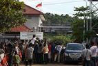 Jornalistas locais e estrangeiros se reúnem próximo ao acesso aNusakambangan, ilha onde estão serão fuzilados os nove condenados à morte por tráfico de drogas na Indonésia