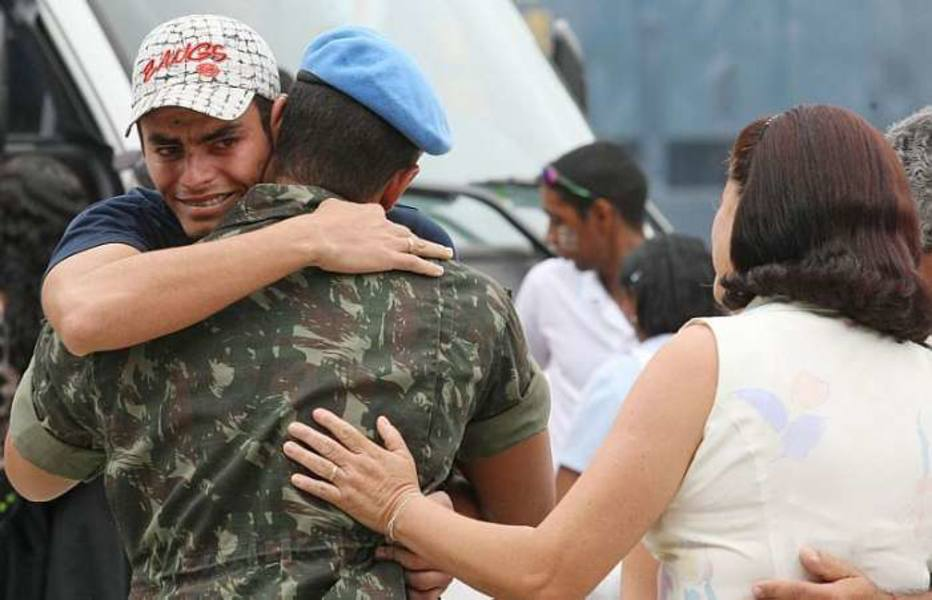 Volta de militares sobreviventes do Haiti emociona familiares