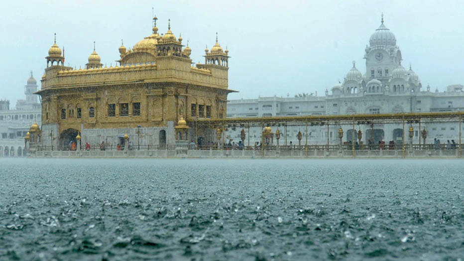 Indian Sikh devotees pay their respects during heavy rain at the Sikh Shrine Golden temple in Amritsar on September 4, 2014. Heavy rains, which fell in several areas of northern India, have brought respite from the scorching heat of previous days. AFP PHOTO/NARINDER NANU