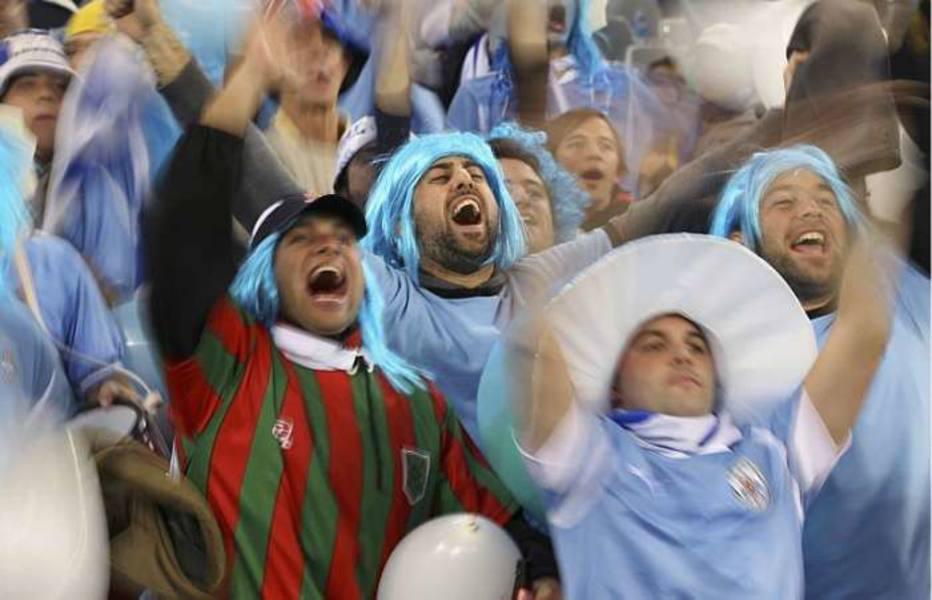 Torcedor uruguaio anima o estádio Green Point, na cidade do Cabo