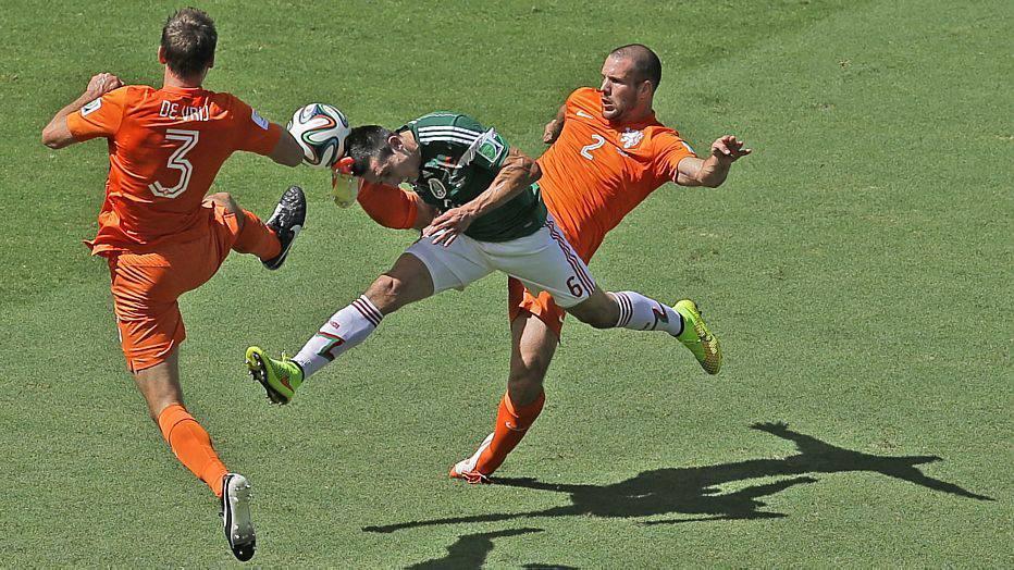 Nos primeiros minutos o México buscou mais o jogo, invadindo a área holandesa