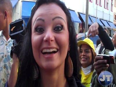 Mulher Pera faz campanha no Centro