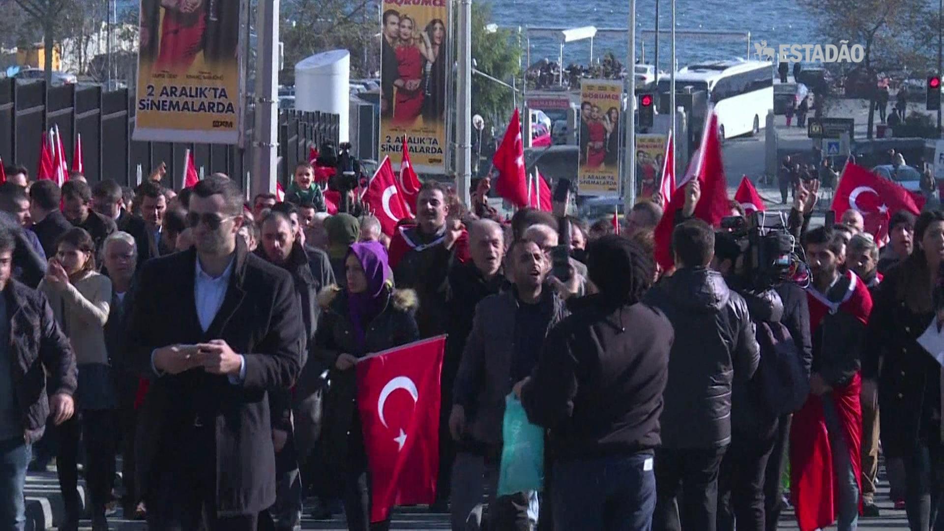 Turcos homenageiam vítimas dos atentados