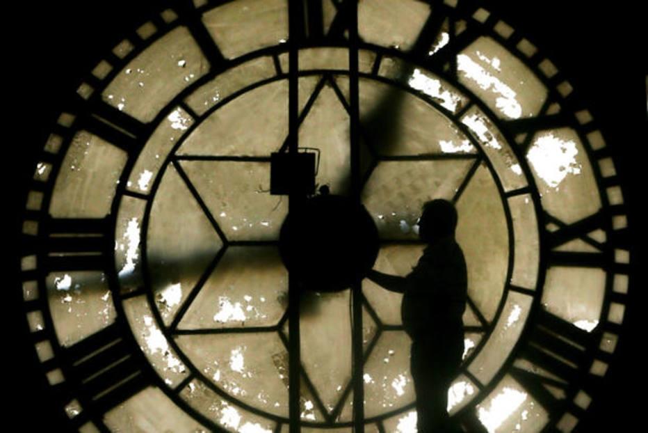 Relógio deve ser atrasado à meia-noite de domingo no fim do horário de verão