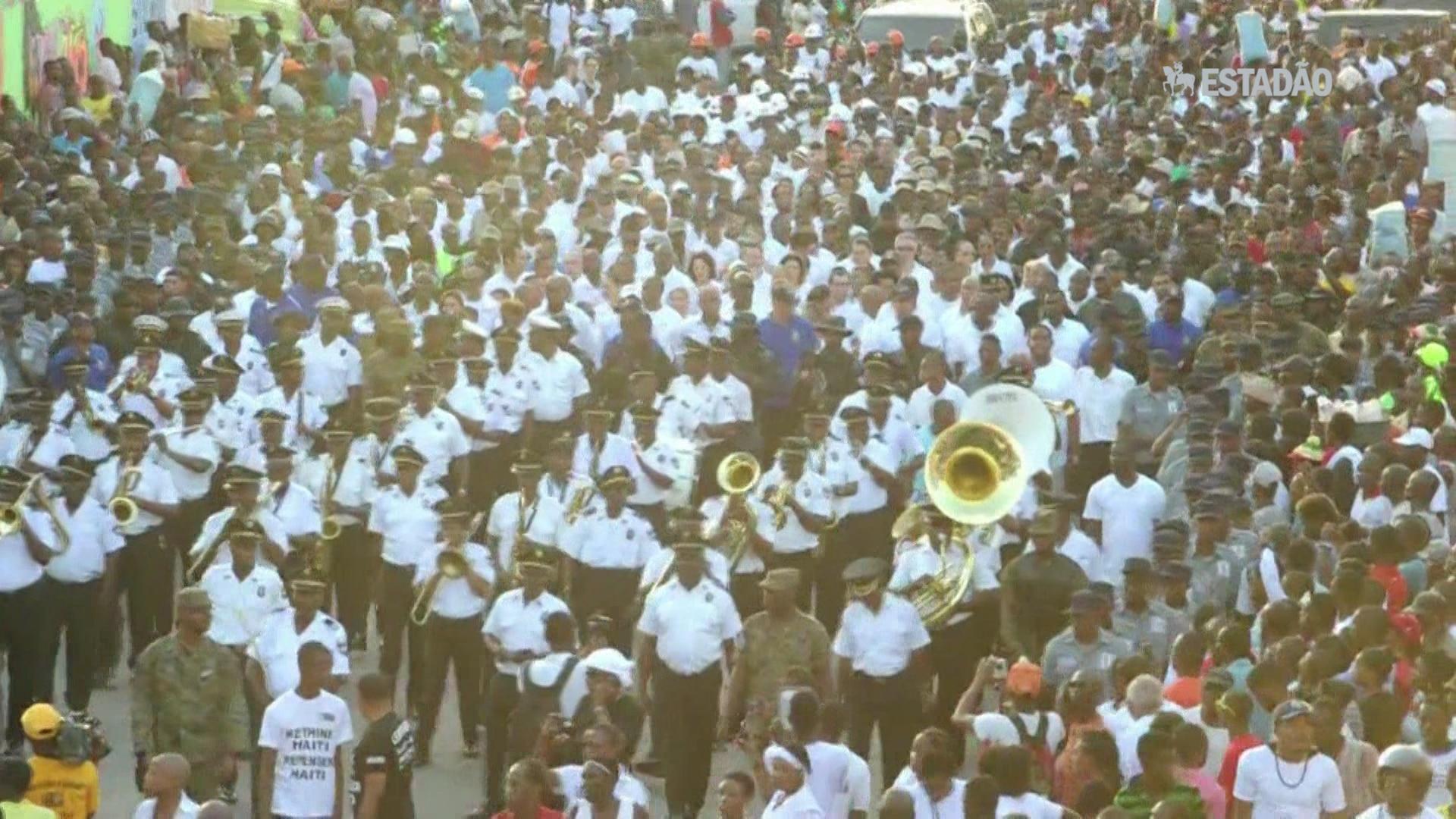 Procissão no Haiti por vítimas de tragédia no Carnaval