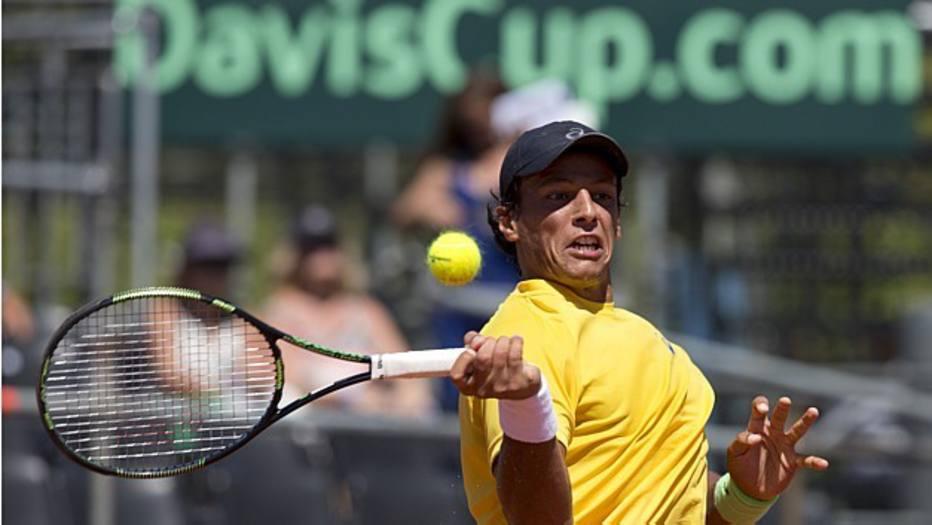 Após cinco horas de jogo, o brasileiro João Souza, o 'Feijão', derrotou o argentino Carlos Berlocq na Copa Davis