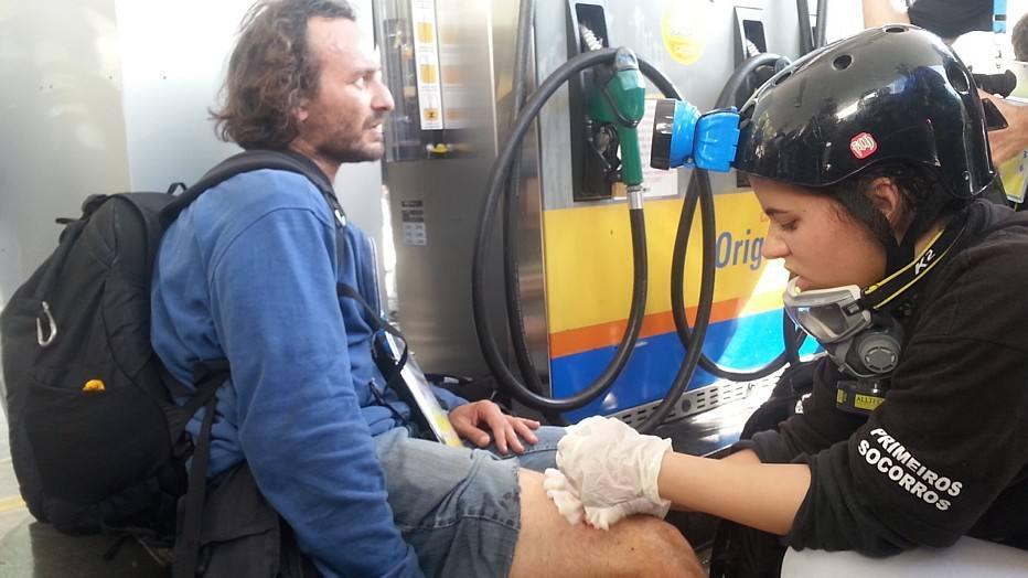 Manifestante recebe primeiros socorros após se ferir em protesto.