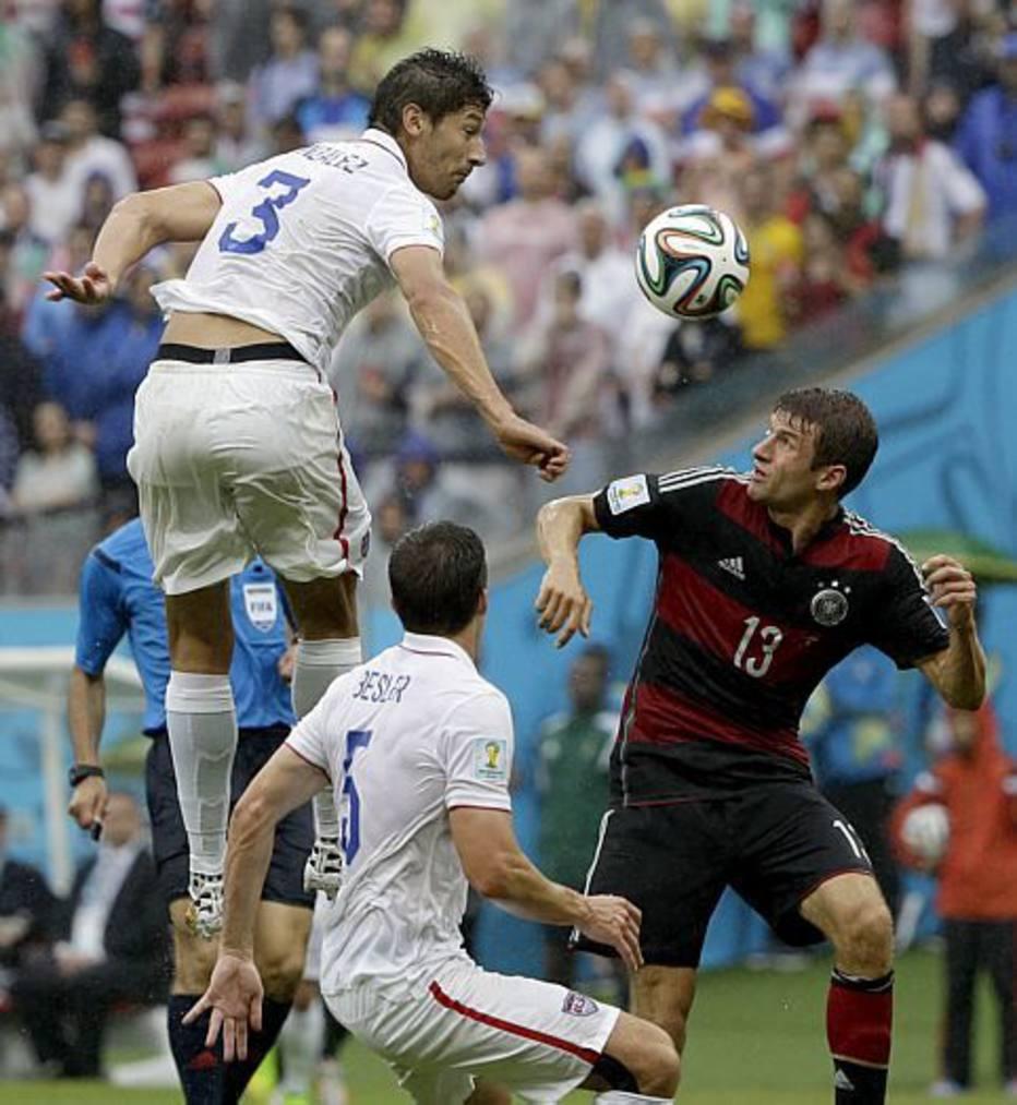 No início da partida, a Alemanha pressiona a seleção americana com trocas de passes à frente da área