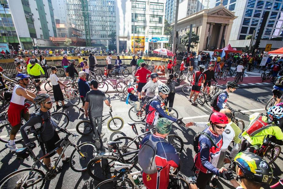 Novidade atrai uma multidão de ciclistas na avenida mais famosa da cidade