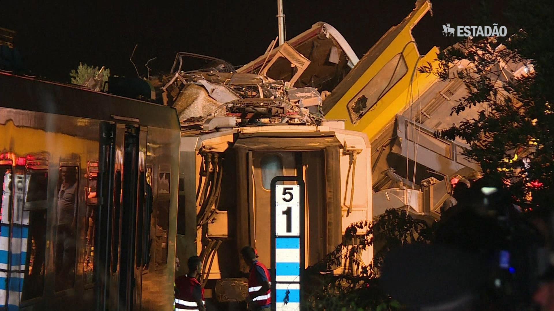 Equipes trabalham à noite em local de acidente de trem