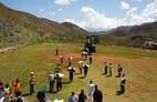 Haitianos retiram sacos de arroz de helicóptero dos EUA em vilarejo perto de Jérémie, uma das cidades mais aringidas pelo furacão Matthew