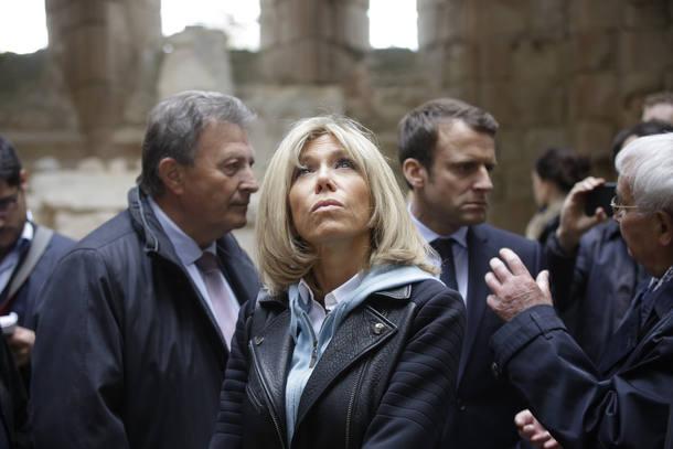 Brigitte Macron em evento de campanha do marido: influência na vida privada e discrição em público