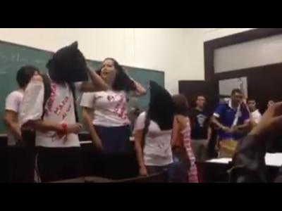 Alunos de Direito da USP fazem manifestação contra professor que defendeu golpe de 1964
