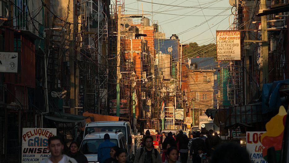 Centro comercial da Villa 31, uma das maiores favelas da Argentina, onde a população pobre tem acesso a produtos mais baratos, muitos deles importados ilegalmente