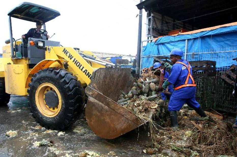 Um trator foi ajudar na remoção das frutas e produtos perdidos