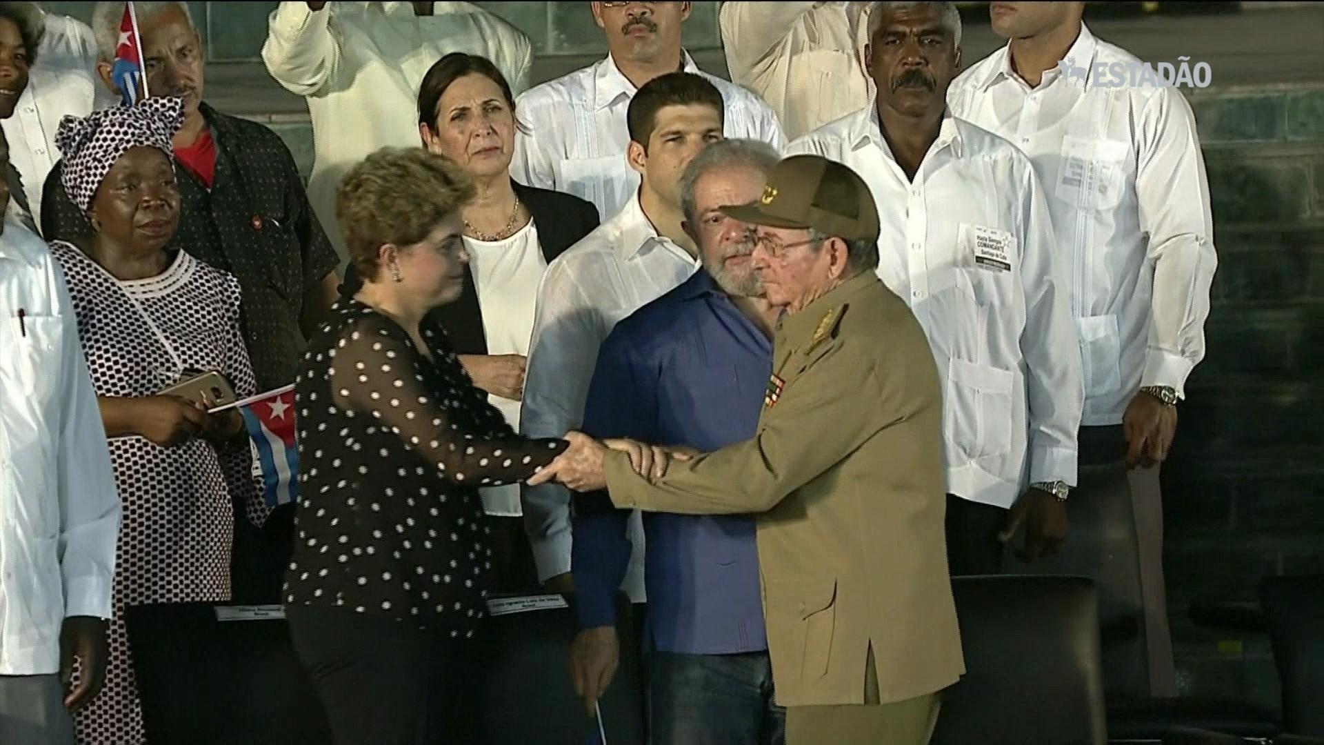 Lula e Dilma são recebidos por Raúl Castro
