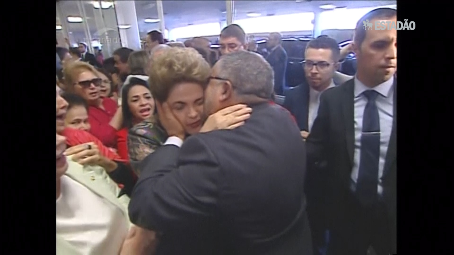 Dilma é recebida por apoiadores ao chegar no Senado