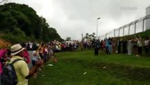 Familiares de presos rezam enquanto aguardam a identificação dos mortos