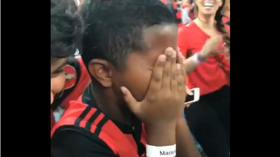 Filho de Márcio Araújo chora com classificação do Flamengo