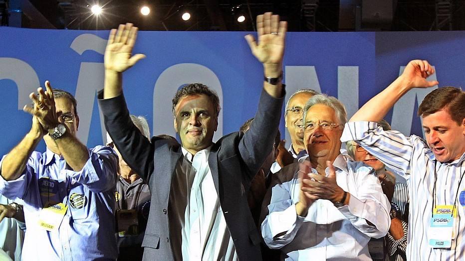 Em seu discurso, FHC, um dos principais entusiastas da candidatura de Aécio, fez críticas à gestão do PT. Para FHC, o governo petista, que completará 12 anos no poder, ficou longe do povo.