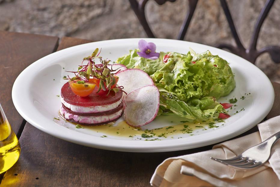 Salada com mil-folhas de beterraba e queijo de cabra, mesclado de folhas e pesto de manjericão, do L'Amitié. R. Manuel Guedes, 233, Itaim Bibi, 3078-5919