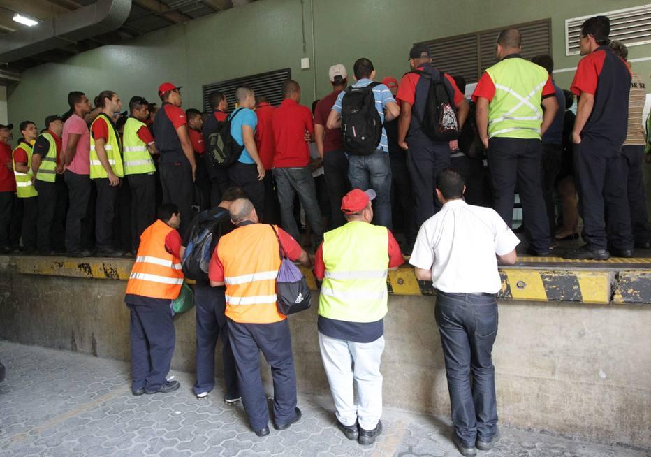 Funcionários da TAMque trabalham no carregamento de malas e limpeza do Aeroporto de Guarulhos participam de protesto