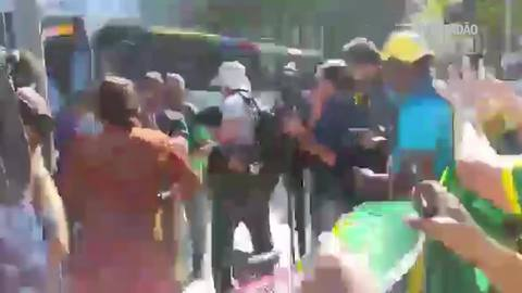Mulher é hostilizada por manifestantes no Rio