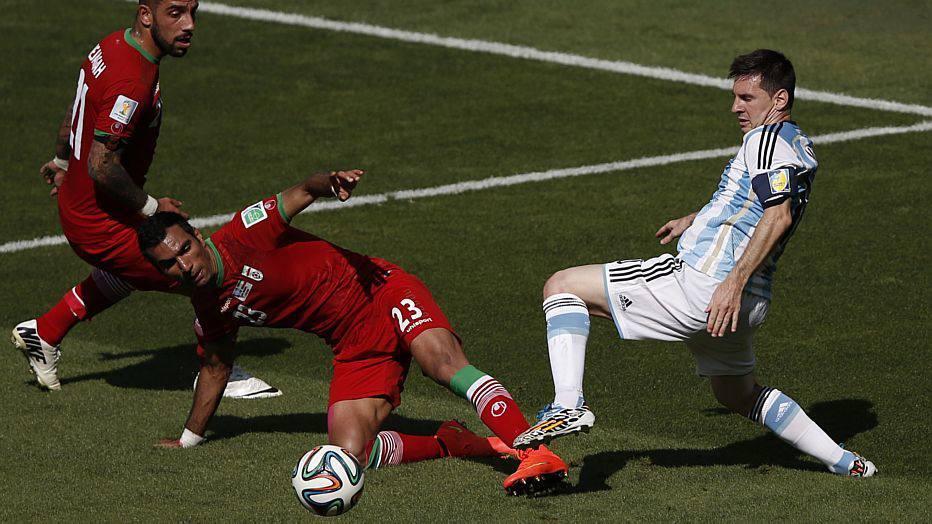 Bem marcado, Messi não consegue se destacar, e a Argentina fecha o primeiro tempo sem empolgar